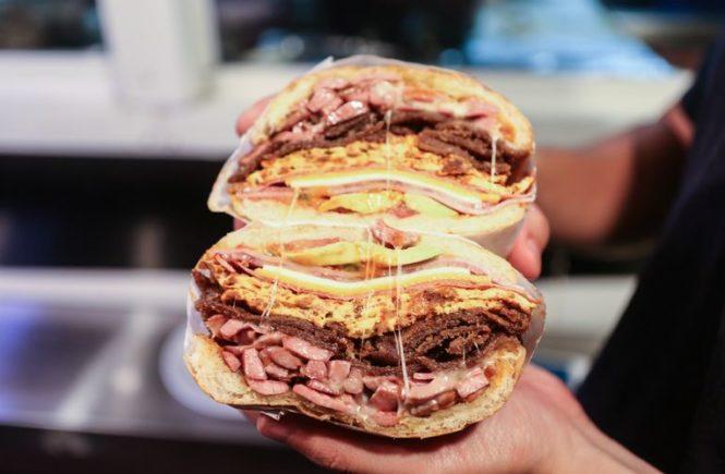 Nikmatnya sandwich pastrami ini pasti akan membuat kamu ketagihan!