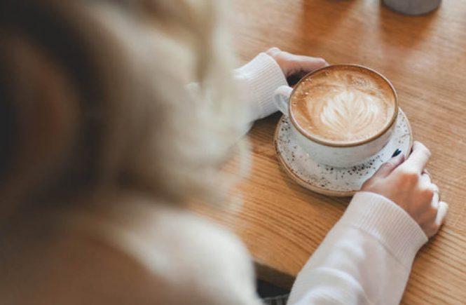 Mulai sekarang, jangan sia-siakan sisa kopi bahkan ampasnya, ya. Sebab sisa kopi ini bisa dimanfaatkan untuk membersihkan apartemen Anda.