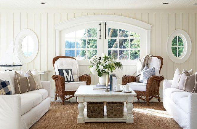 Agar ruang tamu ini terlihat menawan, biasanya banyak penghuni yang menambahkan berbagai pernak-pernik lucu ke dalamnya.