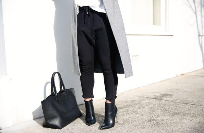 Seiring berjalannya waktu, celana jeans hitam akan mudah pudar warnanya. Begini cara mencuci celana jeans hitam agar tak mudah hilang warnanya.