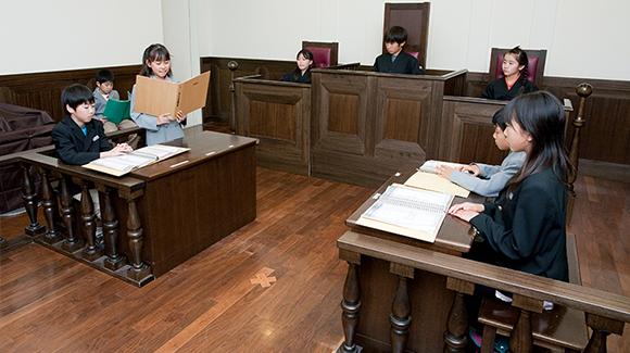 Ingin agar anak Anda belajar jadi hakim? Coba ajak anak ke KidZania Jakarta tempat bermain anak dan keluarga yang memiliki Court House di dalamnya!