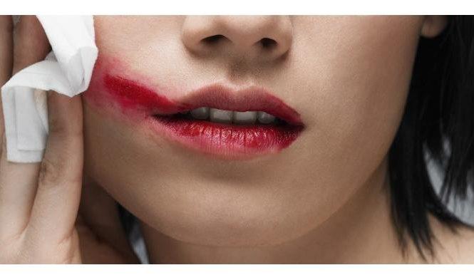 menghapus lipstik